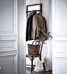 """Estas imágenes son del libro """"¡Encuéntralo! de IKEA y muestran la casa de París del decorador Hans Blomquist. Aquí tienes un original colgador compuesto por una polea y una cuerda."""
