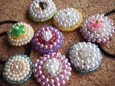 バザーで人気だった簡単ヘアアクセの作り方 くるみボタンの裏には安全ピン、表は布を二重にして厚みを出して、パールを縫い付ける。 3つくらい一度に張りに通して縫い付けても大丈夫。不安定だったら、もう一針すくって。