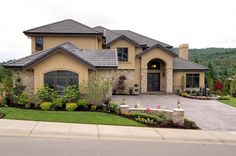 Tips to Help Create Curb Appeal When you sell your home, you want it to look its best to increase its value and appeal. Curb appeal is one of the easi. Tuscan House, Awesome Bedrooms, My Dream Home, Home Buying, Curb Appeal, Home Interior Design, Exterior Design, Microsoft, Beautiful Homes