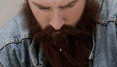 Que um barbudo bem cuidado se destaca na multidão, disto ninguém discorda. A barba, além de símbolo de atração e virilidade, expressa estilo e o asseio de quem a usa. Mas, para ostentá-la e se destacar ainda mais, que tal orná-la com joias criadas para este fim?    #barba #barbudos #beard #beards #grooming #acessórios #italia