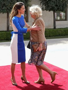 Camilla, Duchess of Cornwall curtsies as she greets Queen Rania of Jordan during a visit to the Royal Palace on 12 Mar 2013 in Amman Camilla Duchess Of Cornwall, Duchess Kate, Royal Throne, Royal Families Of Europe, Camilla Parker Bowles, Queen Rania, Young Old, Holy Chic, Latest African Fashion Dresses
