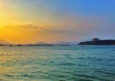 a pagoda on the rocks and the sky as the sun goes down :) O templo e o por do sol. Bem zen.  #vinhvanphong #vanphongbay #vietnam #vietnã #pagoda #sunset