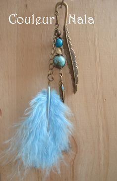 Marque page bijoux de 8cm, plume métal bronze, plume d'oie teintée bleue, perles de turquoise reconstituée : Marque-pages par couleur-nala
