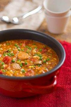 Tomatenstoofpot met lamsworstjes en gerst  Zodra de temperatuur daalt heb ik zin in stoofpotten. Eten dat lang op het vuur moet staan.  Eten dat er voor zorgt dat je huiskamer wordt gevuld met heerlijke geuren.    En peulvruchten. Ideaal