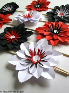 Paper Flowers Craft, Large Paper Flowers, Crepe Paper Flowers, Paper Flower Backdrop, Big Flowers, Flower Crafts, Fabric Flowers, Paper Crafts, Paper Lotus