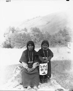 Colville woman and young daughter, Colville Indian Reservation, Washington, ca. 1900-1910