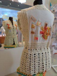 chaleco tejido a crochet combinado con tela y bordado
