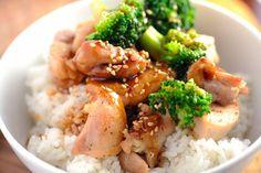 Nem is kell más mellé, csak egy adag tejszínnel és vajjal készült sűrű burgonyapüré vagy szójaszósszal és káposztával, wokban készült rizstészta. Nálunk ezúttal egy adag csirkecombból készült. Slow Cooker Reviews, Best Slow Cooker, Teriyaki Chicken Rice Bowl, Teriyaki Sauce, White Rice Recipes, Thai Sweet Chili Sauce, Cooking Together, Frozen Chicken, Crockpot Recipes