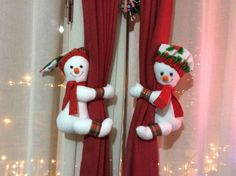Muñecos Cortineros, Monos de Nieve #fieltro #muñecosfieltro Curtain Holder, Christmas Stockings, Christmas Ornaments, Elf, Curtains, Holiday Decor, Children, Home Decor, Papa Noel