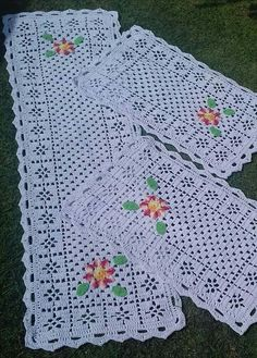 Lindos Tapetes de Retalhos, inspire-se Crochet Bedspread Pattern, Crochet Flower Patterns, Crochet Designs, Crochet Flowers, Crochet Table Mat, Crochet Table Runner Pattern, Crochet Tablecloth, Filet Crochet, Crochet Motif