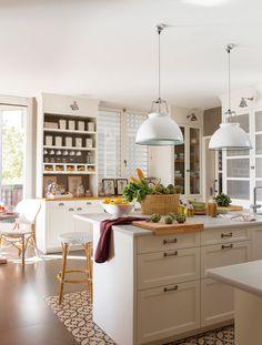 Cocina en blanco con isla con barra de desayunos sobre mosaico hidráulico 00379014