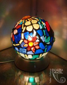 Lampara realizada por Fernanda Papapietro http://tallerescaleracaracol.com/artes-del-fuego/mosaico/lamparas/