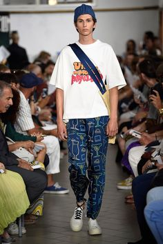 See the complete Sunnei Spring 2018 Menswear collection.