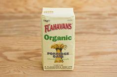 Organic Porridge Oats von Flahavans. Der Neuzugang bei Flahavans, hergestellt aus biologischem Anbau.  Der Hafer wird  in der Vorbereitung zum Mahlen getrocknet und gereinigt. Die unverdauliche äußere Hülle wird entfernt und das Innere zerkleinert, mit Wasserdampf behandelt und zu Flocken gepresst. Haferflocken haben vielfältge positive Eigenschaften für die Gesundheit, sie sind reich an Ballaststoffen, geben ihre Energie langsam frei und können bei der Reduzierung von Cholesterin helfen.