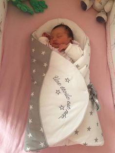 """""""Voici ma Cloé née le 28/04/17, je vous ai rencontré au salon du bébé à Lille. Bien sûr j'ai mis dans ma liste de naissance la gigoteuse d'emmaillotage que j'adore ! Et comme vous pouvez le voir elle dort trop bien dedans alors merci"""" – Alison"""