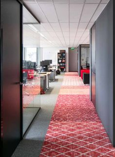 We like this red interior design at AMREF Flying Docters, Netherlands. Taking inspiration from the world of art in muted weathered colours and multi-layered patterns, the Desso&Ex collection is about connecting people, areas and different interior design elements.