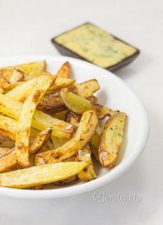Domáce hranolky s domácou cesnakovo-petržlenovou majonézou si robíme doma aspoň raz týždenne. Hlavne odkedy používame na prípravu hranoliek fritézu Airfryer od Philipsu. Na normálnej panvici boli totiž hranolky väčšinou premastené, v rúre vysušené a takto sú takmer bez tuku, chrumkavé zvonku a mäkučké vnútri. Sweet Potato, Potatoes, Meat, Chicken, Vegetables, Food, Fitness, Potato, Essen