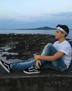 What would you do if he was sitting right next to you? Kids Photography Boys, Boy Photography Poses, Kid N Teenagers, Cute Teenage Boys, Vans Outfit, Tomboy Outfits, Bilal Hassani, Men Abs, Surfer Dude