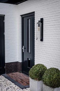 Bertram Beerbaum tries to underscore that the design is only half of the success of the execution. Exterior House Colors, Exterior Design, Brick Cladding, Painted Brick Walls, Country Modern Home, Home Exterior Makeover, Cedar Homes, House Front Design, Barn Lighting
