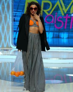"2,141 aprecieri, 18 comentarii - Bravo, ai stil! (@bravoaistil) pe Instagram: ""Anca alege sa isi accesorizeze vestimentatia cu o punga din plastic transparenta, plina cu…"" Waist Skirt, High Waisted Skirt, Runway, Skirts, Instagram Posts, Pants, Outfit Ideas, Plastic, Outfits"
