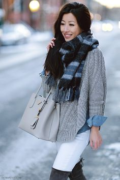 winter outfit layering // chambray shirt under a cable sweater + fringe scarf // would work with a green, pink or orange shirt + scarf Fall Winter Outfits, Autumn Winter Fashion, Fashion Fall, Style Fashion, Poncho Outfit, Pull Gris, Extra Petite, Winter Stil, Mode Outfits