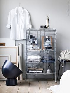 Samenwonen: zet jullie persoonlijke spullen in een open kast | IKEA IKEAnl IKEAnederland inspiratie wooninspiratie interieur wooninterieur IKEA PS 2017 lamp donkerblauw blauw kast opbergmeubel minimalistisch minimalisme
