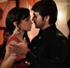 Rudra & Paro share an eye lock as they partake in their first dance as man and wife. #Rangrasiya