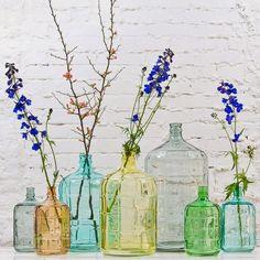 Interieurtrend | Vazen, kruiken & flessen van gekleurd glas • Stijlvol Styling - WoonblogStijlvol Styling – Woonblog