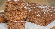 Sub carob for cocoa and cashews for coconut for failsafe? This Weet-Bix slice is a fantastic treat for all the family. Yummy Treats, Delicious Desserts, Sweet Treats, No Bake Slices, Peppermint Cheesecake, Baked Carrots, Easy Pie, Cake Recipes, Thermomix