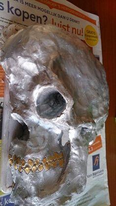 Halve schedel gemaakt ten behoeve van schoolproject achterbuurmeisje.