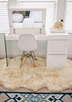 Белый стол со складным зеркалом и без лишней наружной фурнитуры