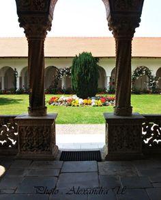 Intrarea manastirii Sambata de sus,Hunedoara,Romania Romania, The Good Place, Fountain, Sidewalk, Amazing, Places, Outdoor Decor, Beautiful, Home Decor