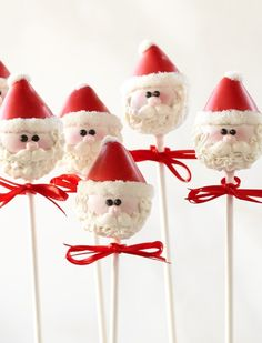 Perfect for some holiday parties -- Santa Cake Pops Christmas Cake Pops, Christmas Sweets, Christmas Goodies, Christmas Baking, Christmas Kitchen, Merry Christmas, Xmas, Holiday Cakes, Holiday Treats