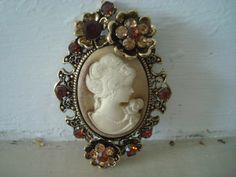 Cadeau idéal pour la fête des mères, un bijou fantaisie rétro. D'autres bijoux sur https://bijoux-retro-vintage.com
