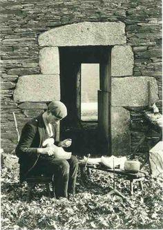 Zapateiro, afeitando o zoco coa coitela, Ramil (Lugo) xaneiro, 1925 Matilda, Vintage Photographs, Vintage Photos, Clarence White, Brassai, Monochrome Photography, Old Pictures, Art Pieces, Black And White