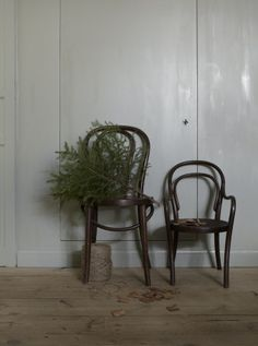 Beautiful Christmas vibe with muted colors by Lotta Agaton. Christmas Interiors, Christmas Room, Noel Christmas, Scandinavian Christmas, Winter Christmas, Christmas Lights, Decoration Christmas, Xmas Decorations, Holiday Decorating