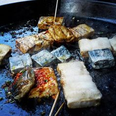 An Anhui street vendor's griddle, all a-sizzle with hairy tofu and stinky tofu, some of it slathered in chilli sauce - slurp! Follow me on @fuchsiadunlop #anhui #chinesefood #CuredMagazine #FRTakeover Street Vendor, Griddles, Chinese Food, Tofu, China, Places, Travel, Viajes, Chinese Cuisine