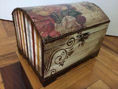 Baú decorado com papel de scrap, stencil e envelhecimento.