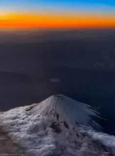 Mt Fuji shot from my window seat view on the return flight from Tokyo landscape Nature Photos All Nature, Amazing Nature, Monte Fuji Japon, Fuji Mountain, Cool Pictures, Beautiful Pictures, Funny Pictures, Mont Fuji, Nature Photography