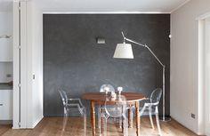 #moderndiningroom #roundtable #contrastwall #kartellchair #tolomeoArtemidefloorlamp http://www.stiloarchitetti.it/