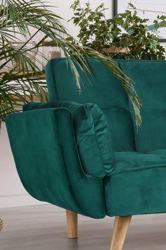 Nádherná zamatová Velvet látka v smaragdovej farbe rozžiari celú miestnosť, v kombinácii s bukovými nohami bude rozhodne priťahovať pozornosť. #pohovka #rozkladaciapovka #sedacka #interier #smaragdova #byvanie #domov Wingback Chair, Armchair, Accent Chairs, Fa, Furniture, Products, Sofa Chair, Upholstered Chairs, Single Sofa