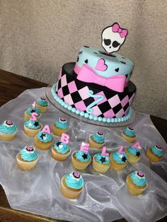 """- What a compromise! My friend wanted me to copy an """"Arte da Ka"""" cake!!! Y made my best and it did not turned out that bad :)  And for a personal touch I added a couple of cupcakes. What do you think?"""
