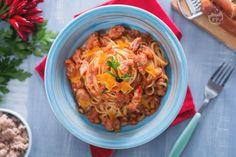 La pasta con tonno acciughe e bottarga è un primo piatto di mare saporito realizzato con tonno e acciughe sott'olio e bottarga di muggine.