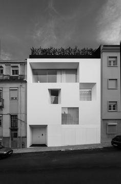 Mooie zwart-wit fotos passend bij de strakke villa in Ajuda Lissabon naar ontwerp van Aires Mateus. Fotos van Juan Rodriguez.