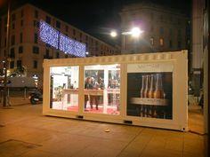 La sera l'atmosfera si fa ancora più magica con Le mille Bollicine di Excantia: siamo aperti tutti i giorni dalle 11 alle 23 fino al 23 dicembre in Largo La Foppa a Milano.