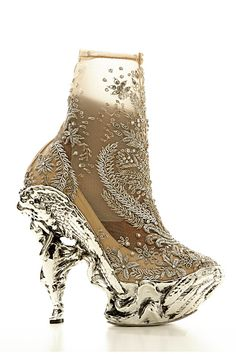Alexander McQueen - Omg this is just... So pretty. If Cinderella had really worn a 'glass' slipper, I bet it would have looked like this. XD