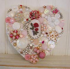A Shabby Valentine! Pérolas, brincos velhos de strass e Botões.