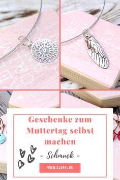 Schmuck selbermachen für deine Mama als Muttertagsgeschenk: Ohrringe und Kette mit Anhänger.  #clarkidiy #clarkibasteln #clarki #muttertag #schmuckselbermachen #geschenk #diy #basteln #anhänger #kette Armband Diy, Diy Schmuck, Alex And Ani Charms, Bracelets, Jewelry, Craft Jewelry, Jewelry Gifts, Mothers Bracelet, Chain Earrings