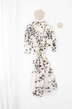 Ett superenkelt stylingknep och inredningstips till sovrummet är att använda en mönstrad morgonrock, kaftan eller kimono som dekorativ detalj. Ett relativt billigt och ombytligt trick för att sätta…