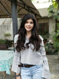 Sanjana has been a known face in TV ads and has also played various supporting roles in Bollywood movies. Here are some of the pictures of Sanjana Sanghi. Stylish Photo Pose, Stylish Girl Pic, Beautiful Girl Indian, Beautiful Girl Image, Beautiful Women, Tapas, Beautiful Girl Wallpaper, European Girls, Cute Girl Photo
